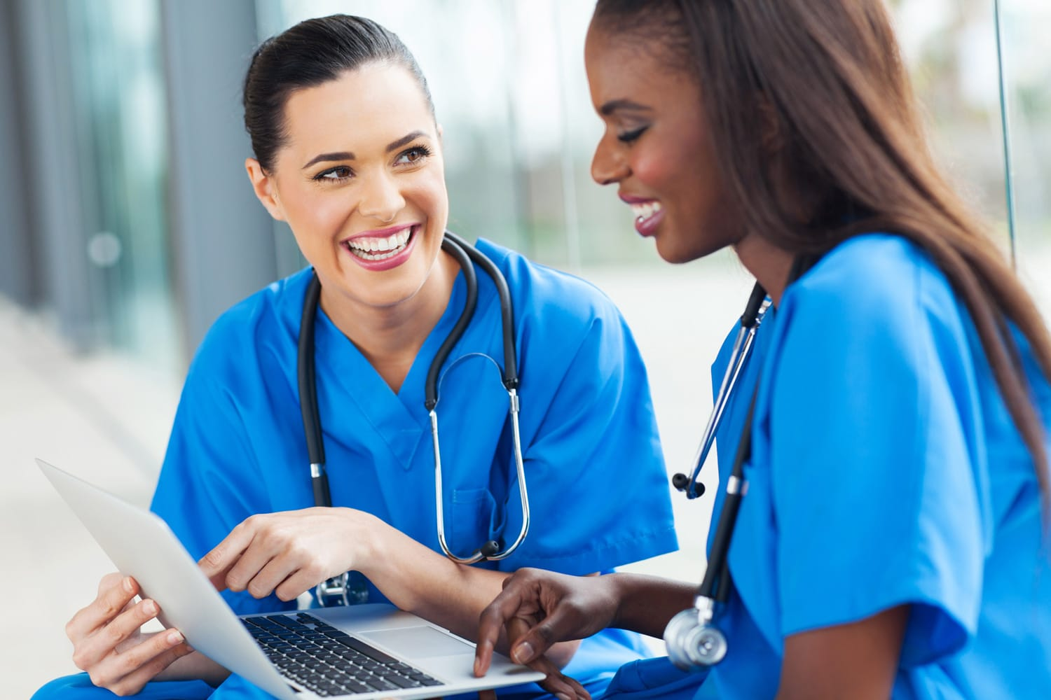 Two professional skilled medical-surgical nurses discuss what they enjoy about careers as travel nurses with Elite Specialty Staffing